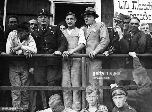 Insassen des ArbeitsdienstlagersEllenbogen/Rhön während eines Besuchesdes Reichszellenleiters der deutschenFilmindustrie Oswald Johnsen Juli 1933