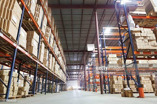 流通倉庫に輸送が並ぶ棚のボックス