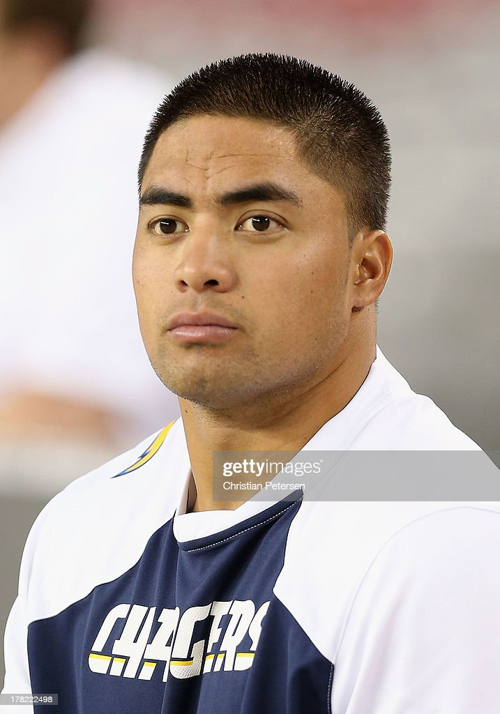 Inside linebacker <a gi-track='captionPersonalityLinkClicked' href=/galleries/search?phrase=Manti+Te%27o&family=editorial&specificpeople=5654571 ng-click='$event.stopPropagation()'>Manti Te'o</a> #50 of the San Diego Chargers warms up before the preseason NFL game against the Arizona Cardinals at the University of Phoenix Stadium on August 24, 2013 in Glendale, Arizona.