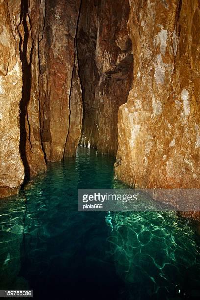 海の洞窟内