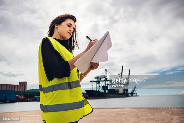 Kontrollinspektoren am Dock