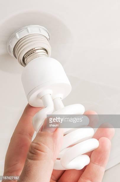 CFL-Glühbirne installieren