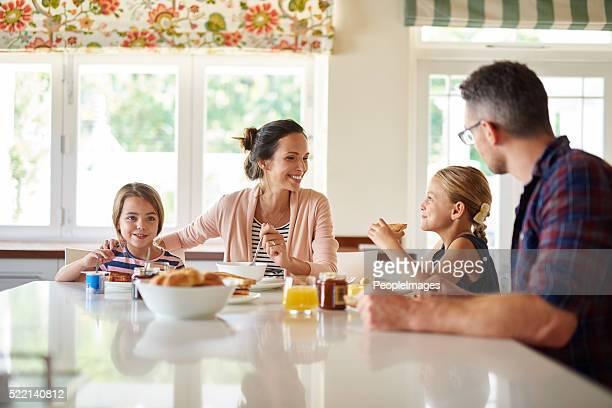 Wir müssen Einfarbige für die ganze Familie am Frühstückstisch Frühstück