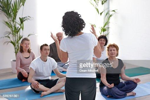 Lehrer Erklären der Vorteile von yoga bis Klasse