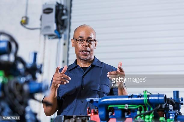 Moniteur d'auto mécanicien école avec moteur diesel