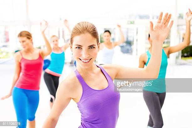 Istruttore di danza aerobica con i clienti In pratica In palestra