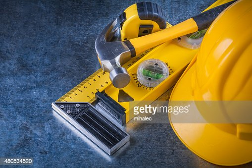 Instruments of measurement claw hammer and building helmet on sc : Stockfoto
