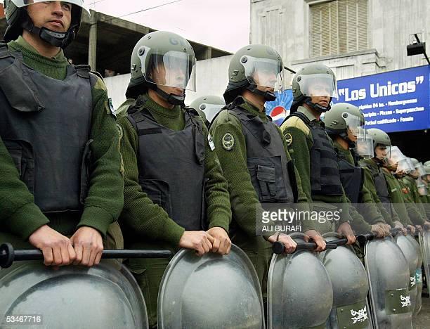 Integrantes de la Gendarmeria Nacional cortan una importante avenida de Buenos Aires cuando agrupaciones de piqueteros marchan en reclamo de mejoras...