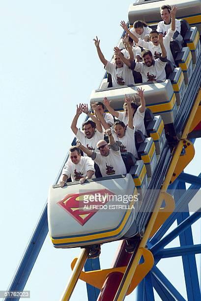 Integrantes de un club de fans de montanas rusas disfrutan el 18 de noviembre de 2004 de una vuelta en la montana rusa llamada 'Superman el Ultimo...
