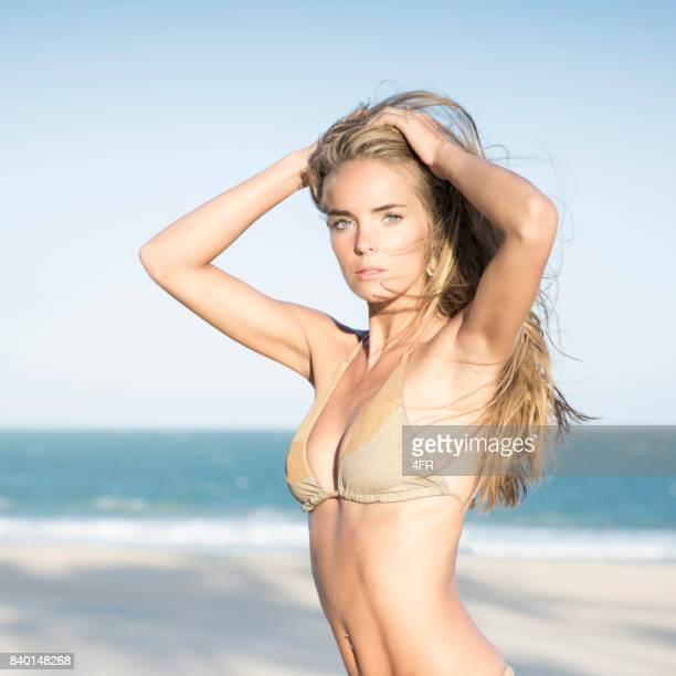 Portrait intense d'une beauté naturelle de Bikini au coucher du soleil à la plage