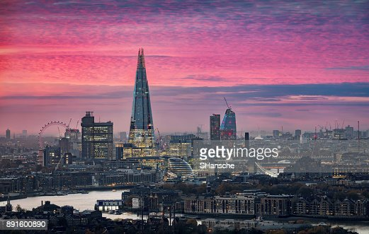 Intensa puesta de sol sobre el horizonte de Londres : Foto de stock