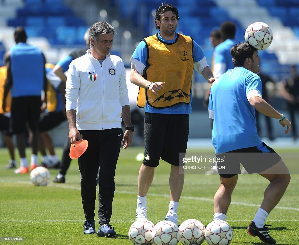 Inter Milan manager Jose Mourinho (L) and Argentinian team members Alberto Milito Diego (C) and captain Javier Aldemar Zanetti (R) take part in a training session at the Alfredo Di Stefano stadium in Madrid, on May 21, 2010, on the eve of the UEFA Champions League Final against Bayern Munich.