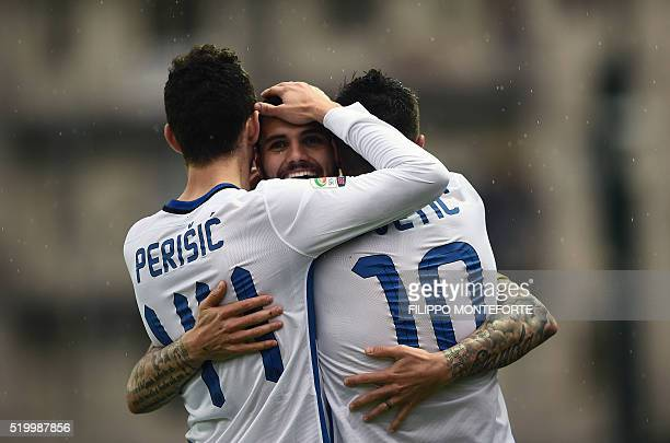 Inter Milan's Argentinan forward Mauro Icardi celebrates with teammates after scoring a goal during the italian Serie A football match between...