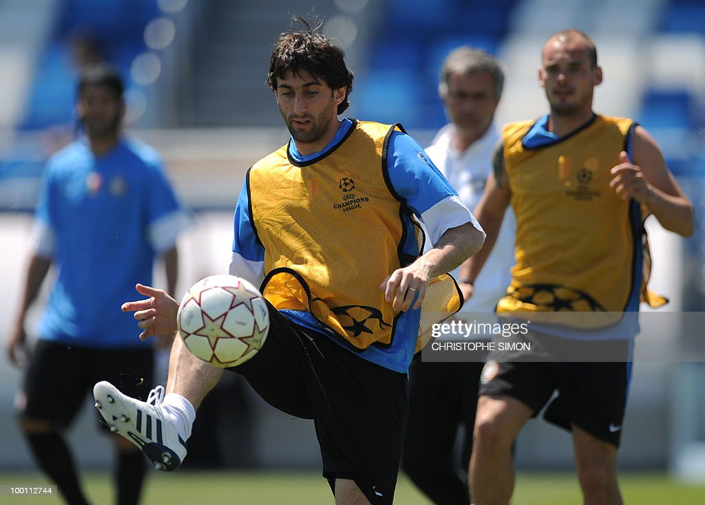 Inter Milan's Argentinian forward Alberto Milito Diego (Front L) and Dutch midfielder Wesley Sneijder (R) take part in a training session at the Alfredo Di Stefano stadium in Madrid, on May 21, 2010, on the eve of the UEFA Champions League Final against Bayern Munich.