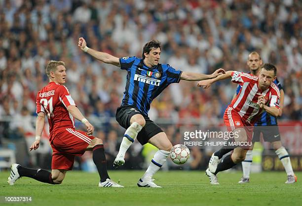 Inter Milan's Argentinian forward Alberto Milito Diego vies for the ball with Bayern Munich's midfielder Bastian Schweinsteiger and Bayern Munich's...