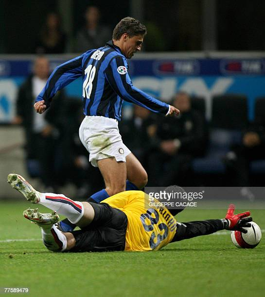 Inter Milan's Argentinian forward Hernan Crespo challenges for the ball Genoa's Brasilian goalkeeper Rubens Fernando M Rubinho during their 'Serie A'...