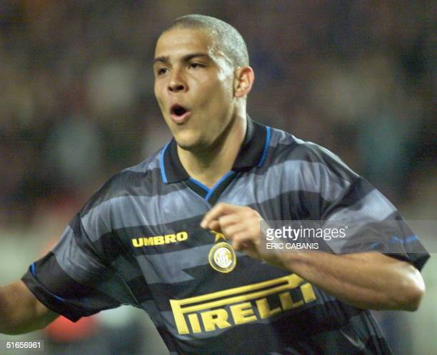 Inter Milan's Brazilian forward Ronaldo exults after scoring the third goal 06 May at the Parc des Princes Stadium in Paris during the 1998 UEFA...