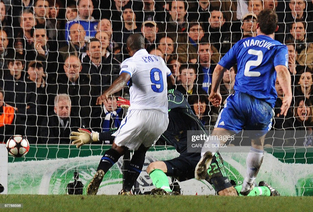 Inter Milan's Cameroonian forward Samuel Eto'o (C) scores past Chelsea's goalkeeper Ross Turnbull (C) as Chelsea's defender Branislav Ivanovic (R) looks on during their second leg in the round of 16 UEFA Champions League match at home to Chelsea at Stamford Bridge football stadium, London on March 16, 2010. The match ended 1-0 to Inter Milan. AFP PHOTO/Carl de Souza