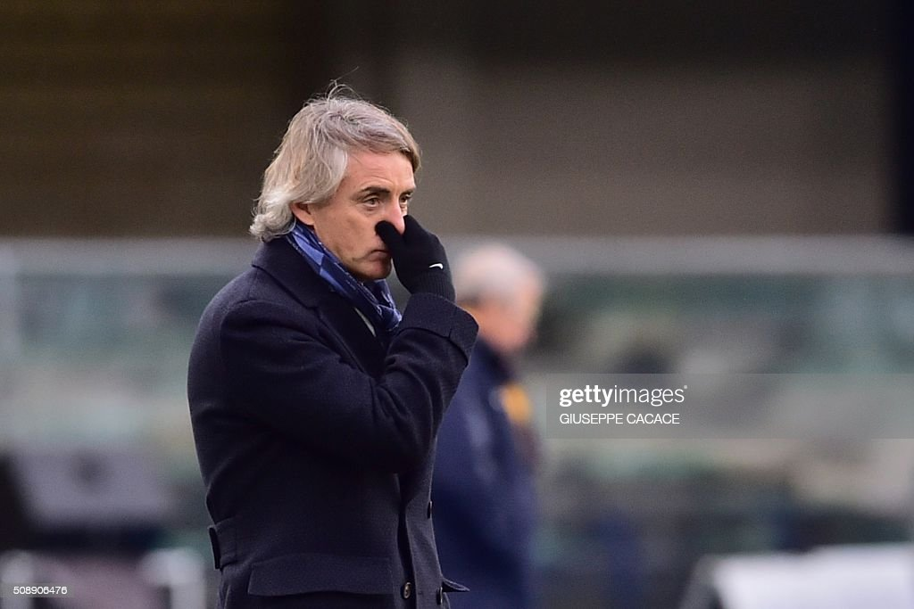 Inter Milan's coach from Italy Roberto Mancini gestures during the Italian Serie A football match Verona vs Inter Milan at the Bentegodi Stadium in Verona on Febrauary 7, 2016. / AFP / GIUSEPPE CACACE