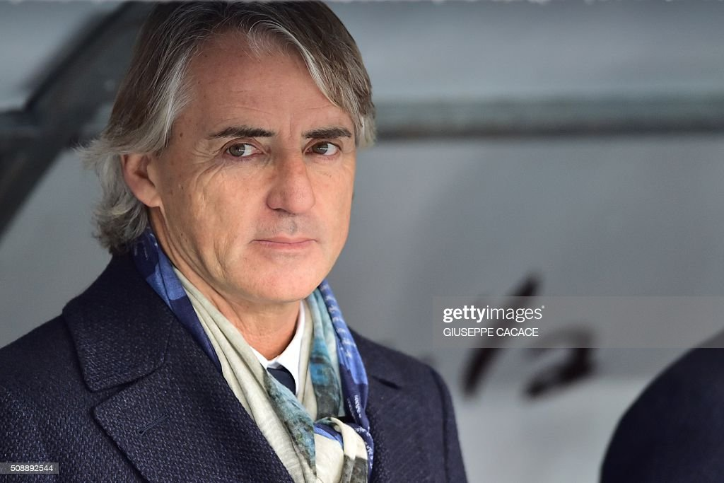 Inter Milan's coach from Italy Roberto Mancini looks on before the Italian Serie A football match Verona vs Inter Milan at the Bentegodi Stadium in Verona on Febrauary 7, 2016. / AFP / GIUSEPPE CACACE