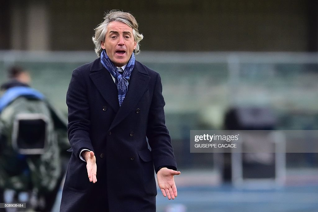 Inter Milan's coach from Italy Roberto Mancini reacts during the Italian Serie A football match Verona vs Inter Milan at the Bentegodi Stadium in Verona on Febrauary 7, 2016. / AFP / GIUSEPPE CACACE