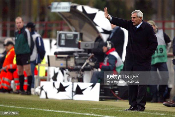 Inter Milan's coach Hector Raul Cuper tries to get instructions across to his players