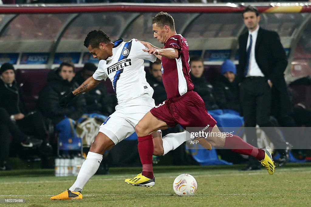 Inter Milan's Columbian midfielder Alejandro Guarin Vasquez Fredy (L) vies for the ball with Cluj's defender Laszlo Sepsi during the UEFA Europa League Round of 32 football match CFR 1907 Cluj vs Inter Milan in Cluj, northern Romania on February 21, 2013.