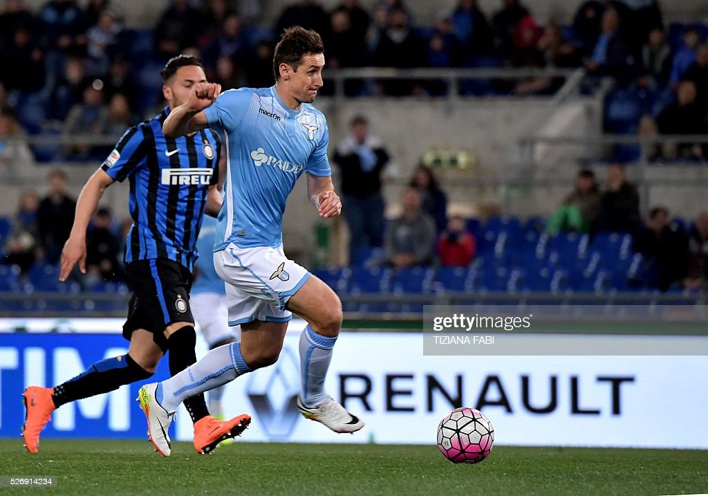 Inter Milan's defender from Italy Danilo D'Ambrosio fights for the ballLazio's forward from Germany Miroslav Klose during the Italian Serie A football match between Lazio and Inter Milan at Olympic Stadium in Rome on May 1, 2016. / AFP / TIZIANA