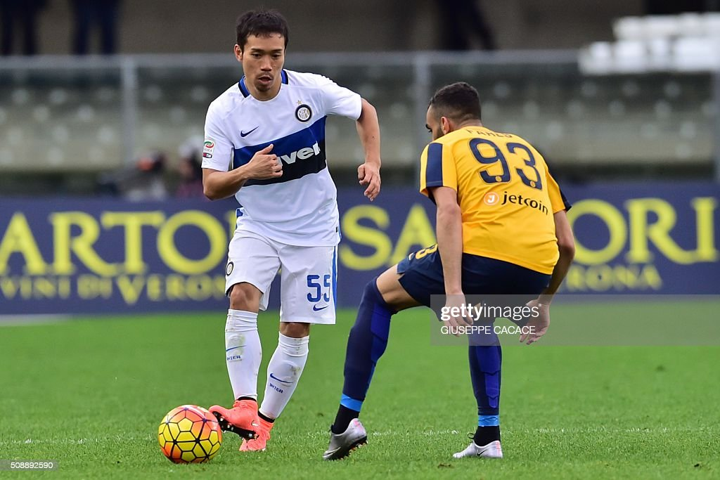 Inter Milan's defender from Japan Yuto Nagatomo (L) fights for the ball with Hellas Verona's midfielder from France Mohamed Fares during the Italian Serie A football match Verona vs Inter Milan at the Bentegodi Stadium in Verona on Febrauary 7, 2016. / AFP / GIUSEPPE CACACE