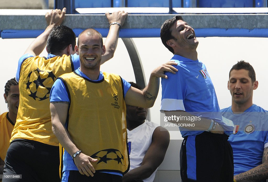 Inter Milan's Dutch midfielder Wesley Sneijder (3rd R) and Inter Milan's Argentinian defender and captain Javier Aldemar Zanetti (2nd R) and Inter Milan's defender Marco Materazzi (R) take part in a team training session at the Alfredo Di Stefano stadium in Madrid, on May 21, 2010, on the eve of the UEFA Champions League Final against Bayern Munich.