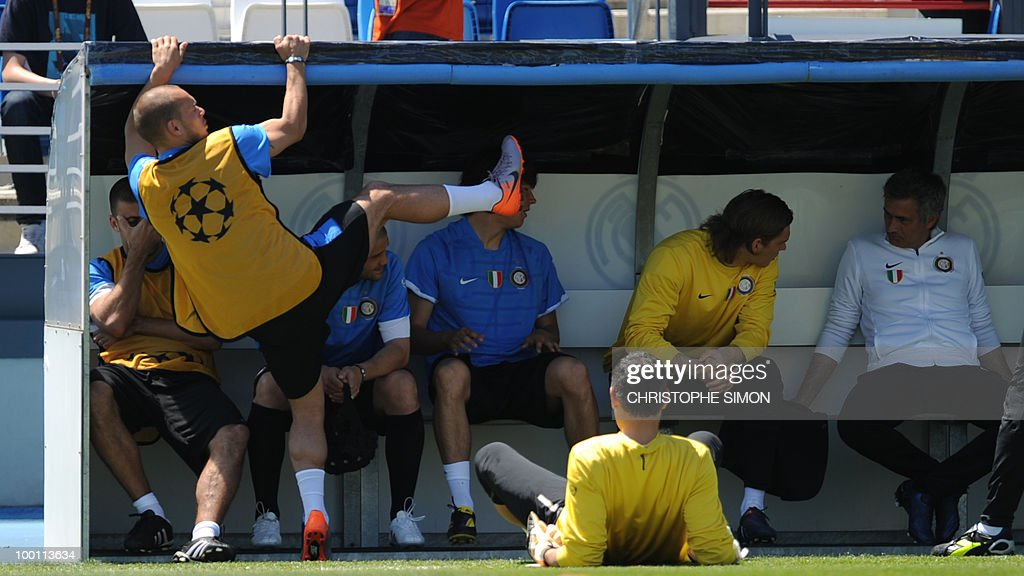 Inter Milan's Dutch midfielder Wesley Sneijder (L) prepares to take part in a team training session at the Alfredo Di Stefano stadium in Madrid, on May 21, 2010, on the eve of the UEFA Champions League Final against Bayern Munich.