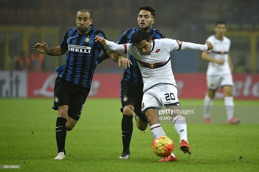 Inter Milan's forward from Argentina Rodrigo Palacio fights for the ball with Genoa's defender from Argentina Nicolas Burdisso during the Italian...