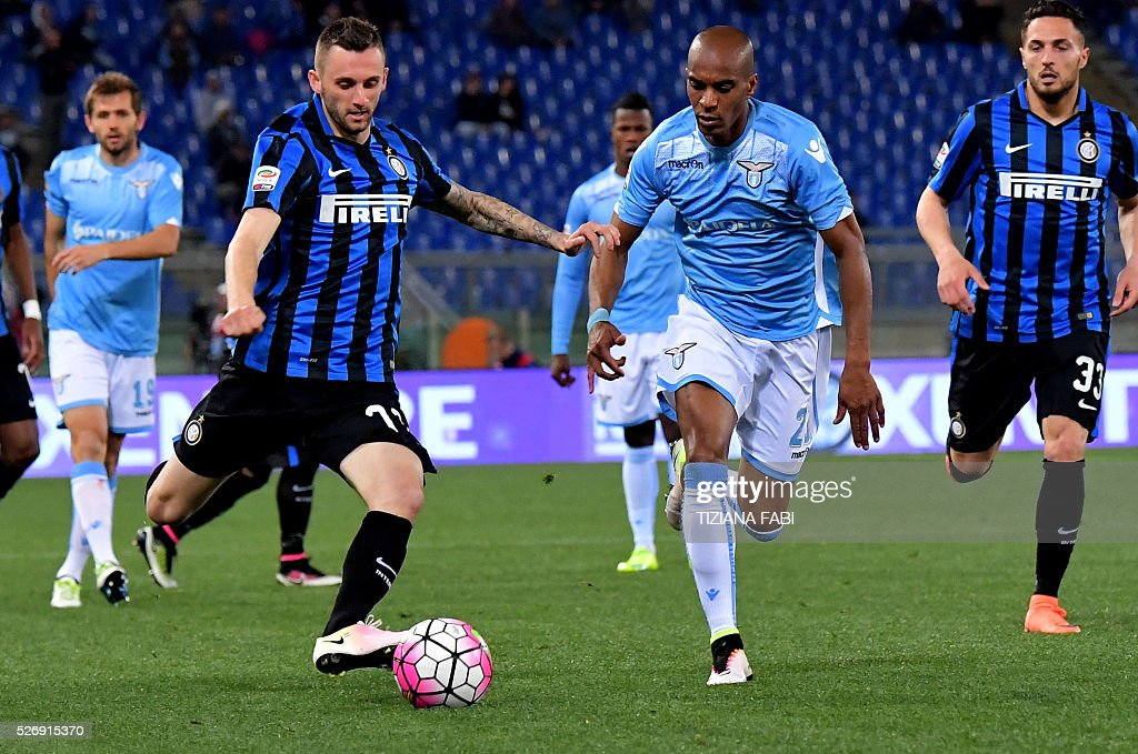 Inter Milan's forward from France Jonathan Biabiany (L) fights for the ball with Lazio's defender from France Abdoulay Konko during the Italian Serie A football match between Lazio and Inter Milan at Olympic Stadium in Rome on May 1, 2016. / AFP / TIZIANA