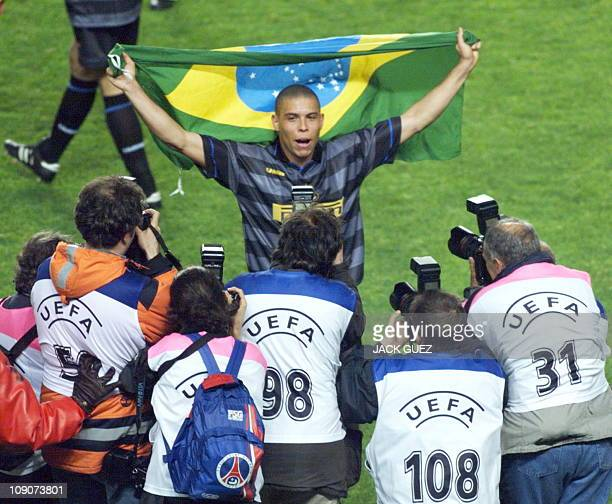 Inter Milan's forward Ronaldo poses for photographers with the Brazilian flag after his club won the 1998 soccer Cup final 06 May at the Parc des...