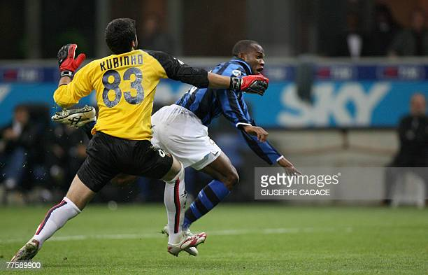 Inter Milan's Hondurian forward David Suazo jumps the Genoa's Brasilian goalkeeper Rubens Fernando M Rubinho and scores during their 'Serie A'...