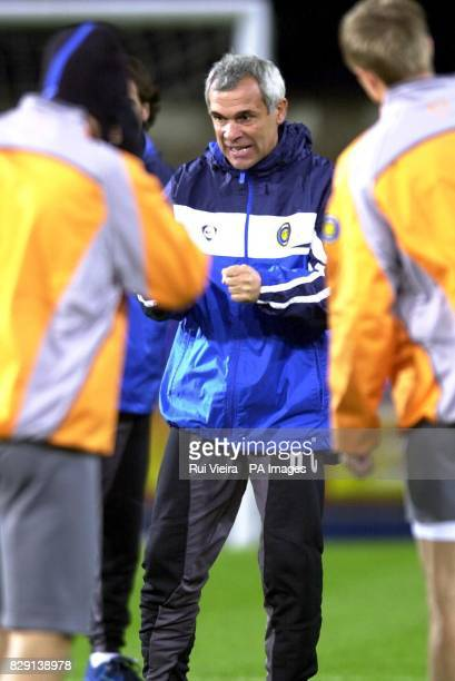 Inter Milan's manager Hector Cuper talks to his players during a training session at Portman Road Ipswich Inter Milan play Ipswich Town in the UEFA...