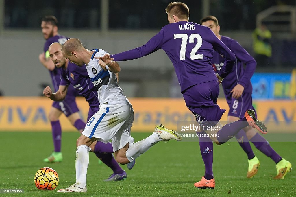 Inter Milan's midfielder from Brazil Felipe Melo (L) fights for the ball with Fiorentina's midfielder from Slovenia Josip Ilicic during the Italian Serie A football match Fiorentina vs Inter Milan, on February 14, 2016 at Florence's 'Artemio Franchi' comunal stadium. / AFP / ANDREAS SOLARO