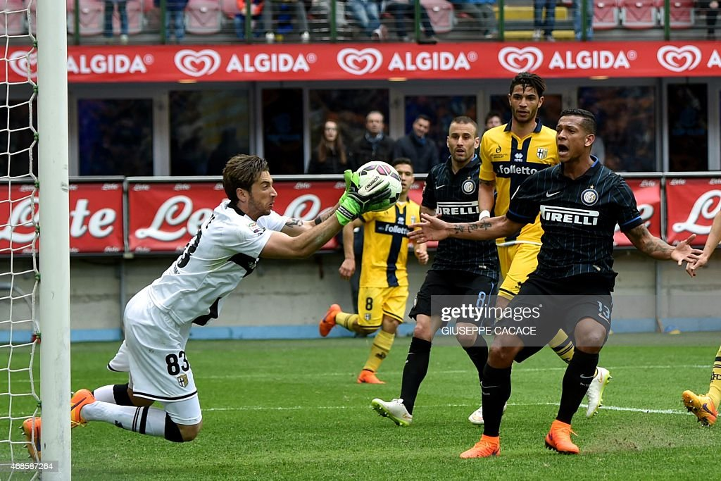 Inter Milan's midfielder from Colombia <a gi-track='captionPersonalityLinkClicked' href=/galleries/search?phrase=Fredy+Guarin&family=editorial&specificpeople=746933 ng-click='$event.stopPropagation()'>Fredy Guarin</a> (R) reacts in front of Parma's goalkeeper <a gi-track='captionPersonalityLinkClicked' href=/galleries/search?phrase=Antonio+Mirante&family=editorial&specificpeople=2114402 ng-click='$event.stopPropagation()'>Antonio Mirante</a> during the Italian Serie A football match Inter Milan vs Parma at San Siro Stadium in Milan on April 4, 2015. AFP PHOTO / GIUSEPPE CACACE