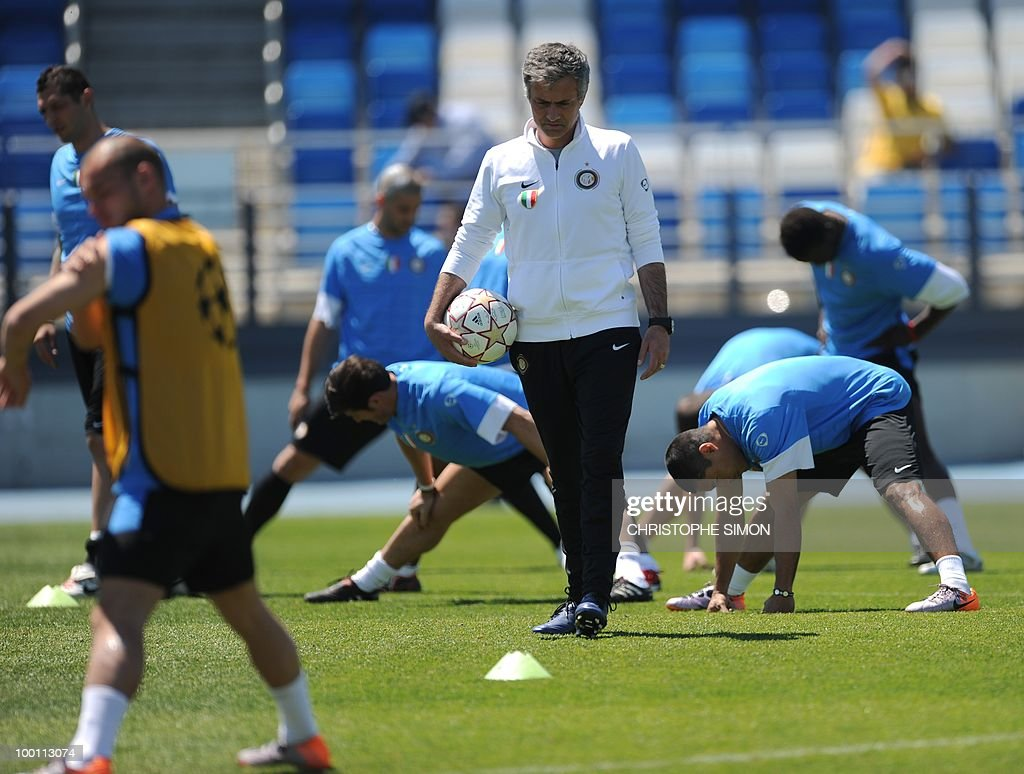 Inter Milan's Portuguese manager Jose Mourinho (C) supervises a team training session at the Alfredo Di Stefano stadium in Madrid, on May 21, 2010, on the eve of the UEFA Champions League Final against Bayern Munich.