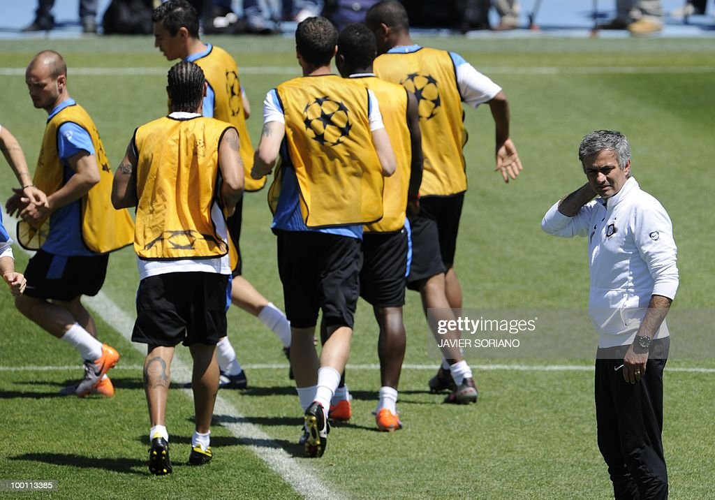 Inter Milan's Portuguese manager Jose Mourinho (R) supervises a team training session at the Alfredo Di Stefano stadium in Madrid, on May 21, 2010, on the eve of the UEFA Champions League Final against Bayern Munich.