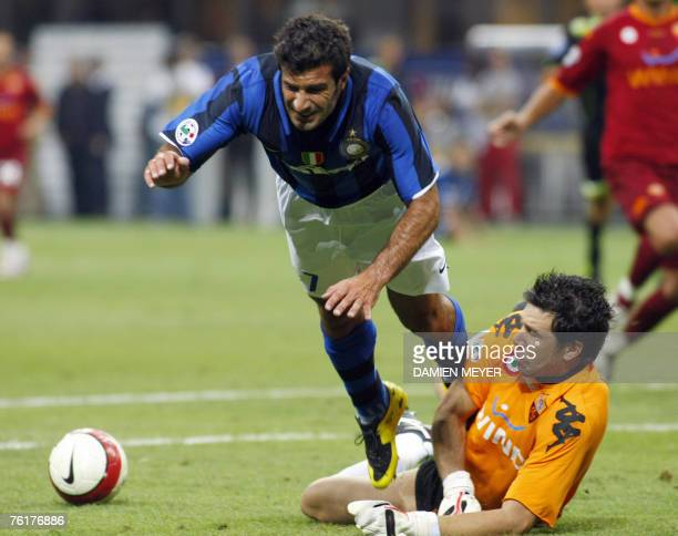 Inter Milan's Portuguese midfielder Luis Figo fights for the ball with AS Roma's Brazilian goalkeeper Doni Alexander Marangon 19 August 2007 during...