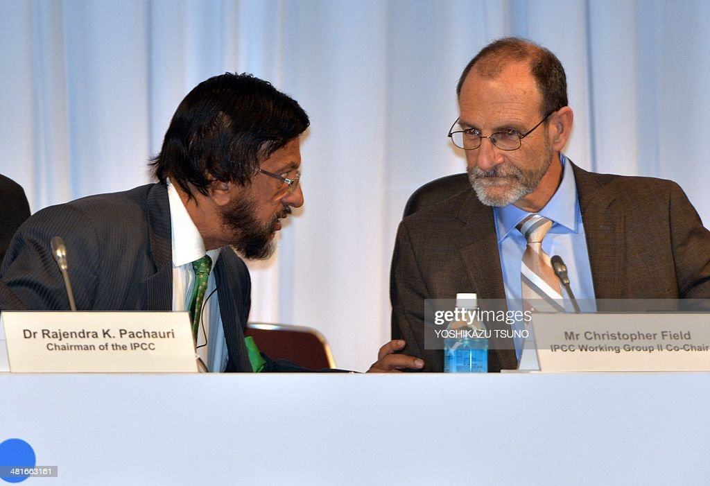 Intergovernmental Panel on Climate Change (IPCC) Working Group II co-chairman Chris Field (R) speaks with IPCC chairman Rajendra Pachauri (L) at a press conference after the 10th plenary of the IPCC Working Group II in Yokohama, suburban Tokyo on March 31, 2014. Soaring carbon emissions will amplify the risk of conflict, hunger, floods and migration this century, the UN's expert panel said in a landmark report on the impact of climate change. AFP PHOTO / Yoshikazu TSUNO