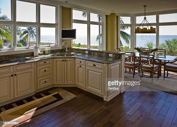 Intérieur du Beachhouse cuisine, salle à manger avec vue sur la plage