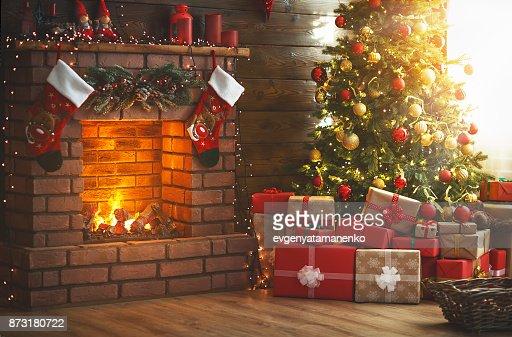 Navidad interior. magia brillante árbol, chimenea, regalos : Foto de stock