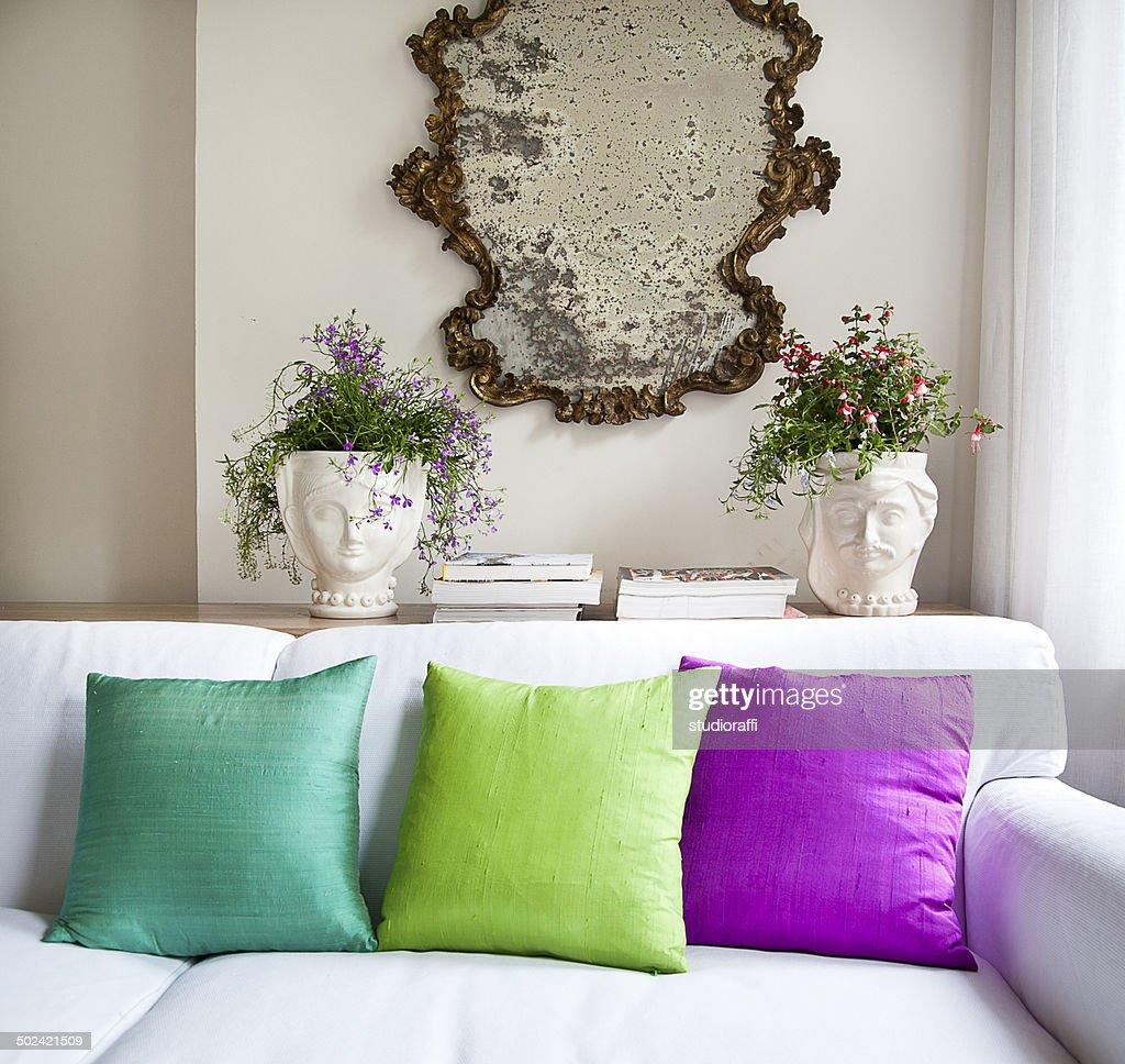 design int rieur canap avec des coussins color s photo getty images. Black Bedroom Furniture Sets. Home Design Ideas