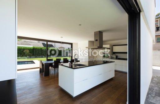 int rieur de la villa avec vue sur la cuisine moderne photo thinkstock. Black Bedroom Furniture Sets. Home Design Ideas