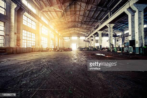 、半分廃墟となった工場の内部