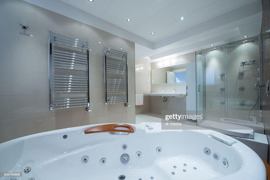 interior de un bao de lujo con baera con jacuzzi foto de stock