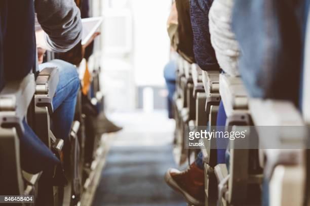 Interieur van het vliegtuig met reizigers