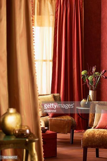家族の伝統的な内装のリビングルームがございます。